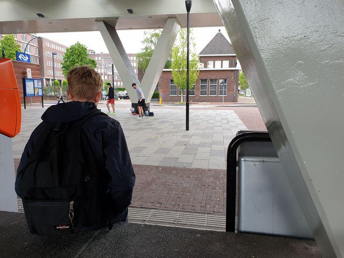 K. fietste door de tunnel in het station van Almelo. Een boa betrapt hem en hield de Almeloër staande. K. was daar niet van gediend en beledigde de boa, die gewoon zijn werk deed.