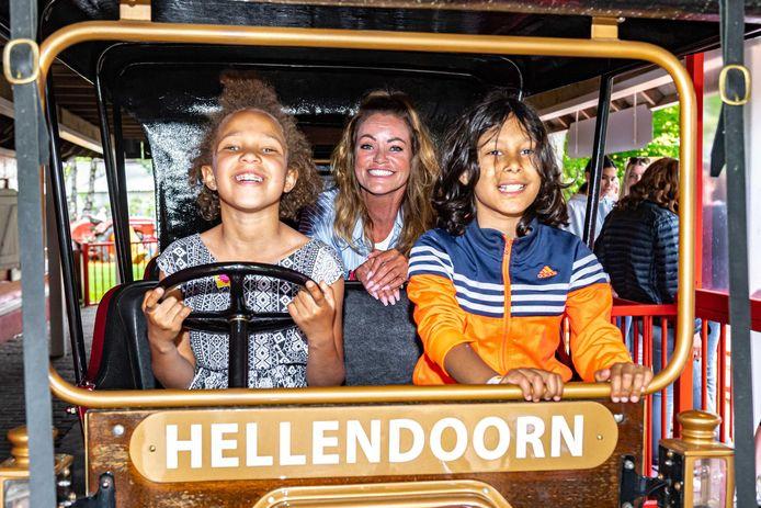 Inge de Bruijn was zaterdag in Avonturenpark Hellendoorn voor het eerst aan de slag als ambassadeur van Het Vergeten Kind.