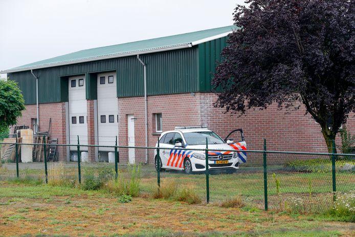 In Maarheeze werd zondag een drugslab ontdekt. De loods wordt bewaakt door de politie en zal maandag worden ontmanteld.