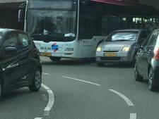 En wéér een vrachtwagen klem onder dit viaduct in Nijmegen: 'Gebeurt elke maand'