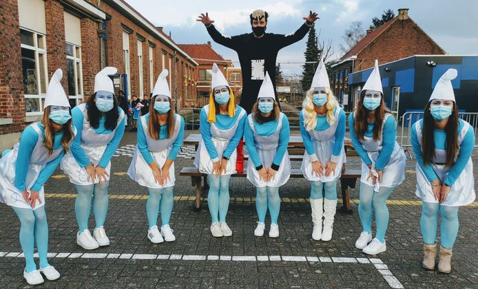 Carnaval in vrije basisschool 't Landuiterke in Denderleeuw: team Leeuwbrug (Gargamel en zijn smurfinnen)