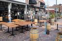 Bij café/restaurant Zeldzaam in Veenendaal zijn ze het terras aan het inrichten nadat duidelijk werd dat ze op 28 april weer gedeeltelijk open mogen.