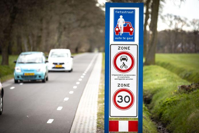 De borden op de Hogeboekelweg laten niets aan duidelijkheid te wensen over: Niet harder dan 30 en géén doorgaand gemotoriseerd verkeer.  De deklaag is inmiddels rood in het midden.