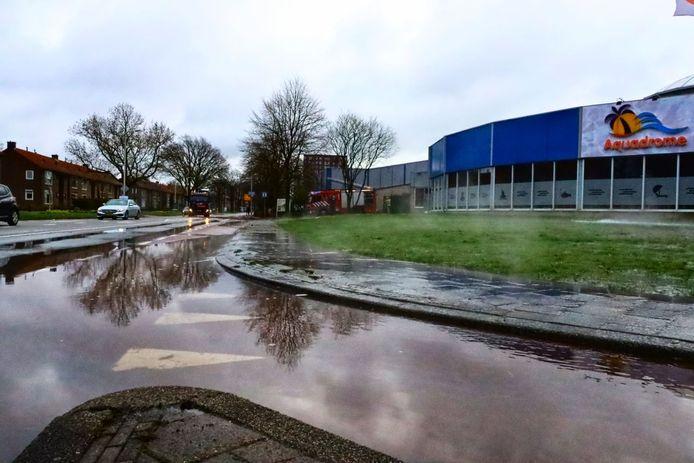 Zwembad in Enschede loopt leeg na geknapte waterleiding.