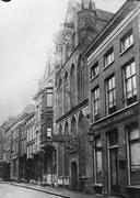 Het St. Peters Gasthuis in 1910. De foto is destijds gemaakt door Gerrit Berends, firmant van de Boekdrukkerij en Boekhandel G.W. van der Wiel & Co. Die zaak zien we rechts naast het Gasthuis. De fraaie klok aan de gevel bestaat niet meer. Foto: Rijksdienst voor het Cultureel Erfgoed nr. 051.700, CC-BY-SA 3.0 licentie.