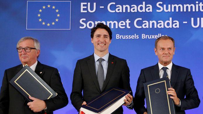 Jean-Claude Juncker (G), avec Justin Trudeau (C) et Donald Tusk (D)