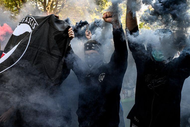 Anti-fascisten tijdens een demonstratie van 'gele hesjes' in Parijs, september 2020.  Beeld Anadolu Agency via Getty Images
