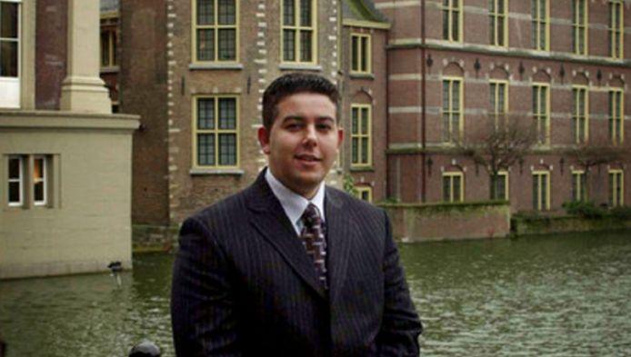 Guernaoui in 2004 voor het Torentje, de werkplek van de premier. De D66'er was toen ambtenaar bij Algemene Zaken.