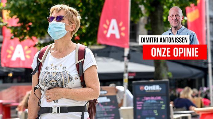 Een vrouw met mondkapje op in Antwerpen.