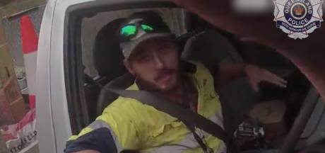 Australiër vecht met zeer giftige slang al rijdend op de snelweg
