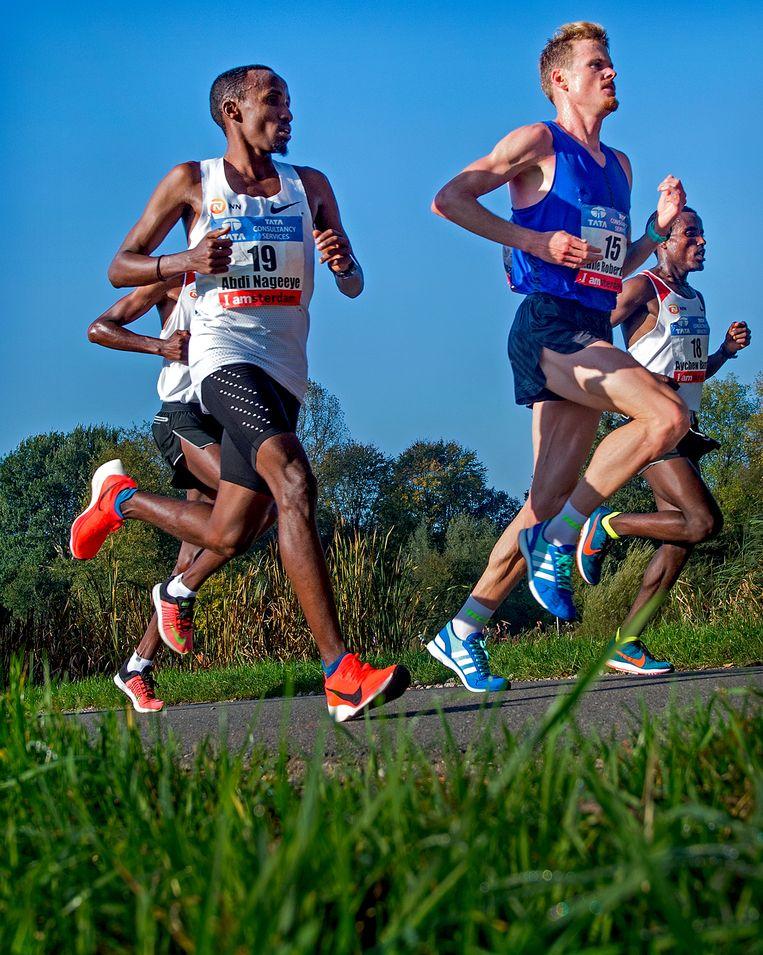 Abdi Nageeye (nr.19) loopt een nationaal record. Beeld Klaas Jan van der Weij/de Volkskrant