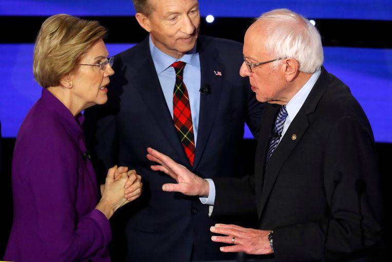 Senator Elizabeth Warren en Bernie Sanders bekvechten of een vrouw president van de VS kan worden, terwijl miljardair en groene activist Tom Steyer toekijkt. Beeld Reuters