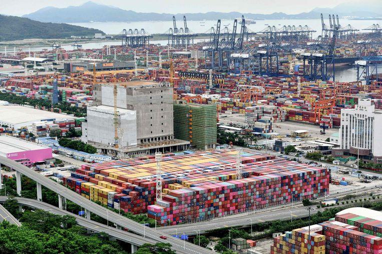 Containers stapelen zich op in de Chinese havenstad Yantian. Besmettingen met covid-19 onder havenarbeiders hebben de Chinese autoriteiten gebracht tot extra streng toezicht op grensverkeer. Volgens enkele internationale rederijen liggen tussen de 50 en 160 containerreuzen daardoor al weken voor anker.  Beeld AFP