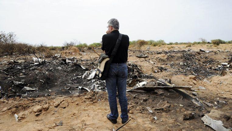 Een vertegenwoordiger van de Libanese slachtoffers die aan boord zaten van de neergestorte MD-83 kijkt uit over de brokstukken van het vliegtuig. Beeld afp