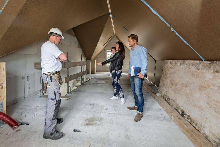 Een jong stel bekijkt een nieuwbouwwoning. Beeld Hollandse Hoogte / David Rozing