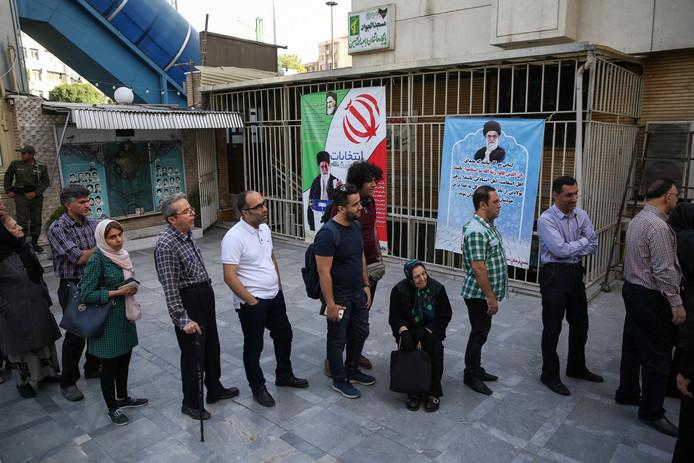 In hoofdstad Teheran waren al vroeg lange rijen.