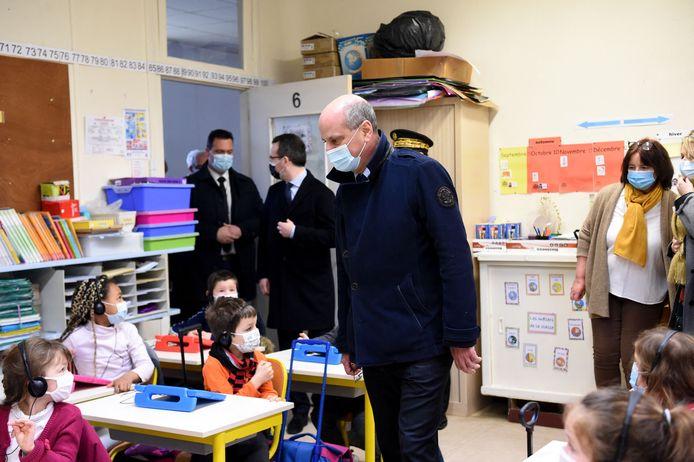 De Franse onderwijsminister Jean-Michel Blanquer op bezoek in een basisschool in La Ferte-Milon vandaag, als deel van de landelijke uitrol van een campagne rond speekseltesten in Franse scholen.