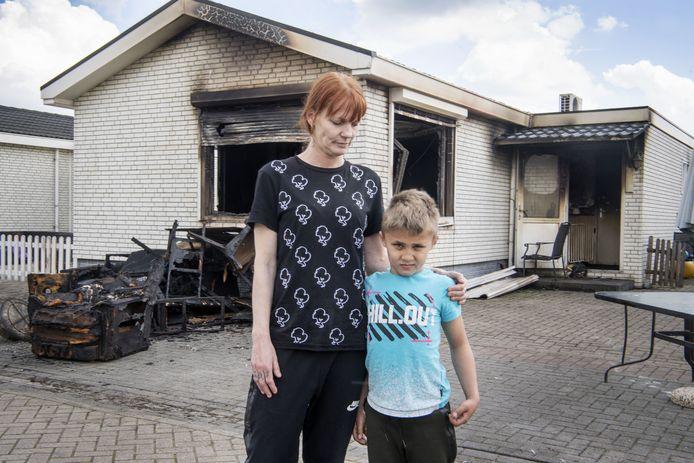 Priscillia Pril en haar zoontje bij hun uitgebrande 'woonwagen. Die vloog vanmorgen in brand. Ze hebben bijna niets meer.