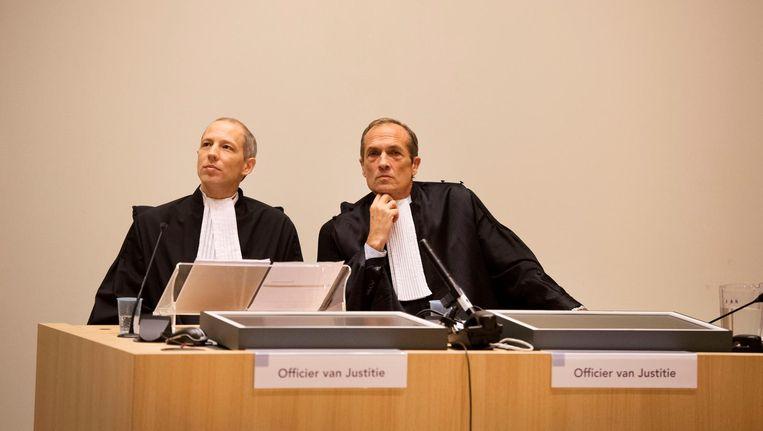 De twee officieren van Justitie Mol en Sleeswijk tijdens de rechtszaak tegen de twee agenten die verantwoordelijk worden gehouden voor de fatale arrestatie van de Arubaan Mitch Henriquez. Beeld anp