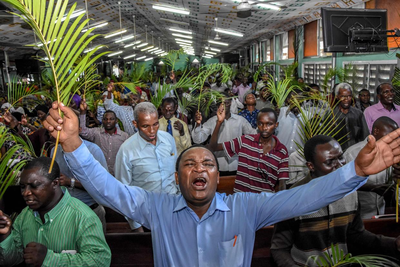 Op Palm zondag zit de Gospel Bible Fellowship Church in Dar es Salaam helemaal vol.   Beeld AFP