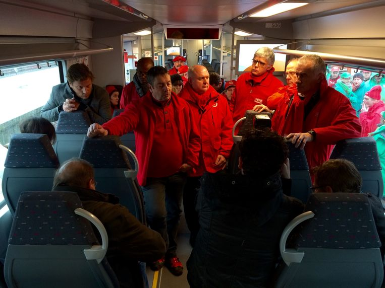 De Waalse, socialistische spoorvakbond op de trein. Beeld Benoit De Freine