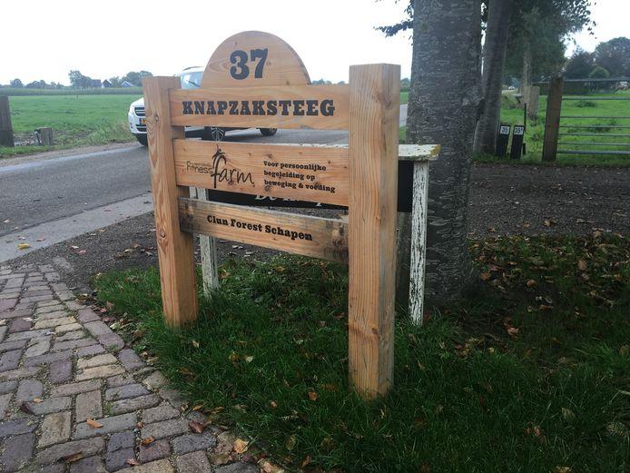 Met een hoogte van ongeveer een meter belemmert het huisnummerbord het zicht op de Knapzaksteeg, vinden de bewoners van nummer 35.