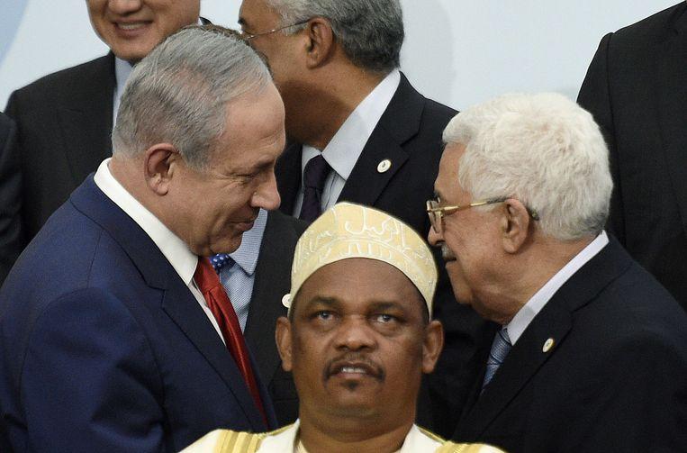 Netanyahu en Abbas schudden elkaar de hand. Beeld afp
