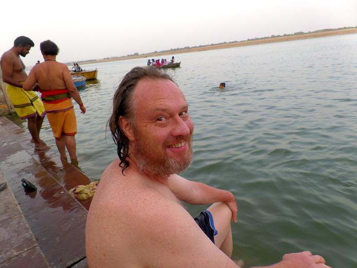 Ap Dijksterhuis neemt een duik in de Ganges in India. Voor ziektes is hij niet beducht.