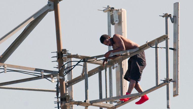 William Sturdivant in zijn netelige positie, in de tv-toren van Tulsa. Beeld ap