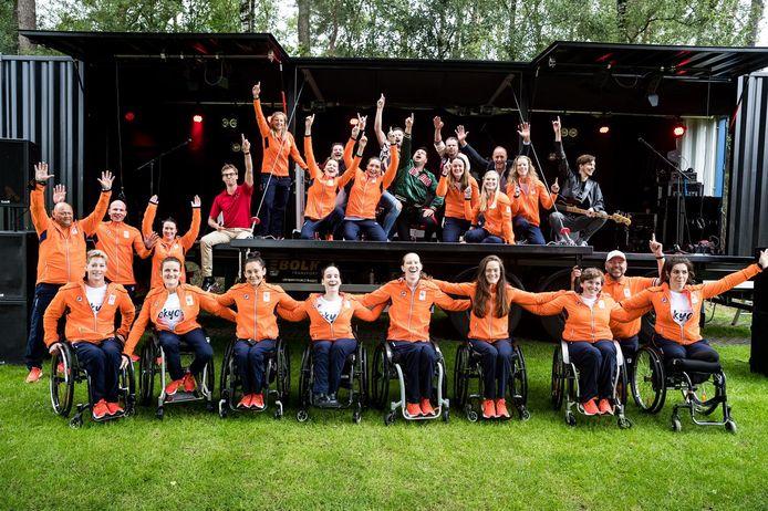 ENorm met rolstoelbasketbalsters en begeleiding, vrijdagmiddag op Papendal.