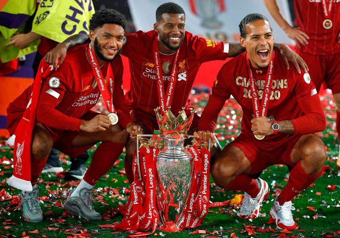 Joe Gomez, Georginio Wijnaldum en Virgil van Dijk met de kampioensbeker van de Premier League.