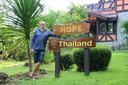 Ex-verslaafde Henk Nagel voor afkickkliniek Hope Rehab Center Thailand waar hij nu manager is.