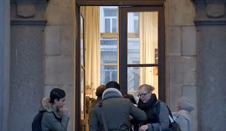 Beeld uit de bijbehorende reportage in Terzake over de situatie op het Koninklijk Atheneum Antwerpen.  Beeld kos