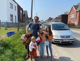 """Bewoners bezetten parkeerplaatsen als protest tegen enkele rijrichting aan Sint-Martinusschool: """"Droevig dat dit op zo een manier moet"""""""