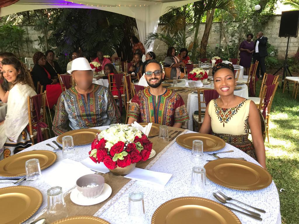 Ceremoniemeester Peter K. (L) met de dochter van Sarah W.K. (R) en haar kersverse echtgenoot op hun huwelijksfeest