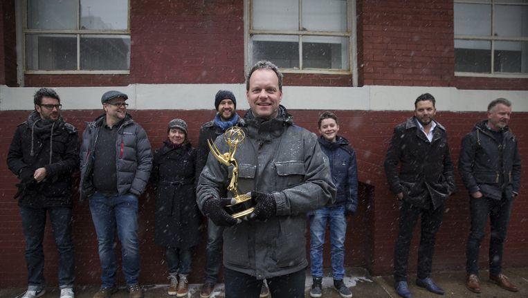 Joram Willink eerder dit jaar, samen met de cast, met de gewonnen Emmy award voor de jeugdfilm Alles Mag. Beeld anp