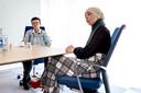 Esmah Lahlah (rechts) zat als wethouder een maand in de bijstand, Hanny Heuvelink is al bijstandsgerechtigde zo lang als ze zich kan heugen.