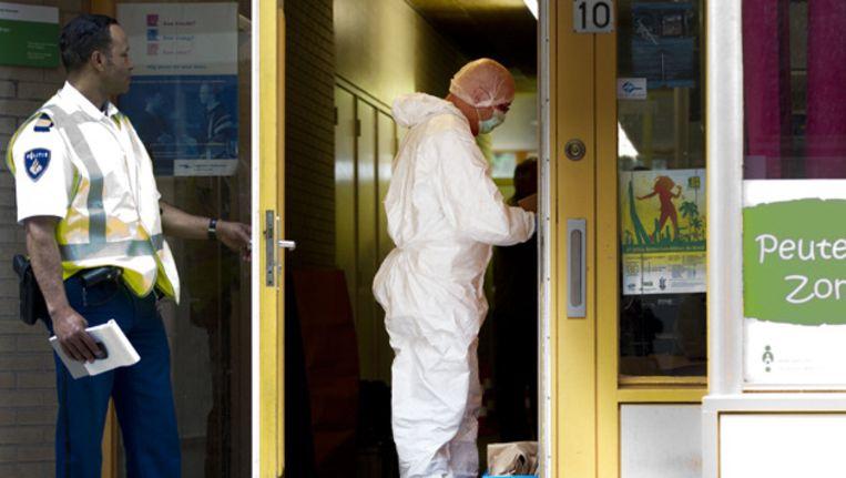 Onderzoek bij de basisschool Augustinus in Rotterdam waar een vrouw in de hal werd doodgestoken. Beeld ANP