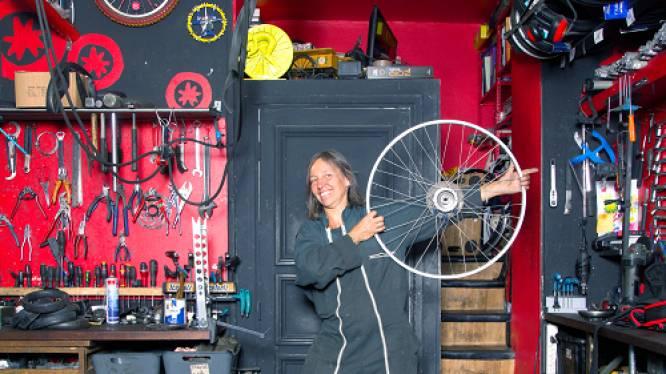 Annemarie uit Enschede heeft fietsenwinkel vlakbij de Notre Dame: 'Dankzij Twente zit Parijs nu op de fiets'