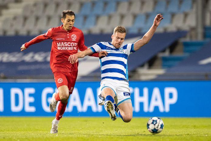 FC Dordrecht-nieuwkomer Toine van Huizen zet hier nog een tackle in namens De Graafschap.