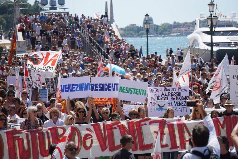 Inwoners van Venetië protesteren tegen toeristen in juli 2017.  Beeld EPA/Andrea Merola