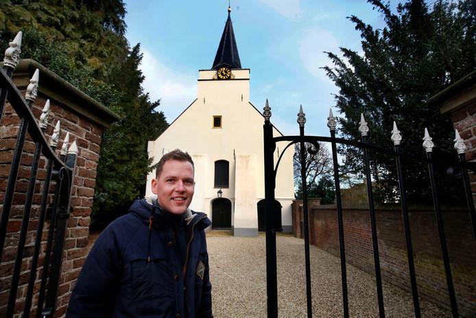 Huub Collée voelt zich thuis in de kerk van Rhenoy, waar hij als homo wordt geaccepteerd.