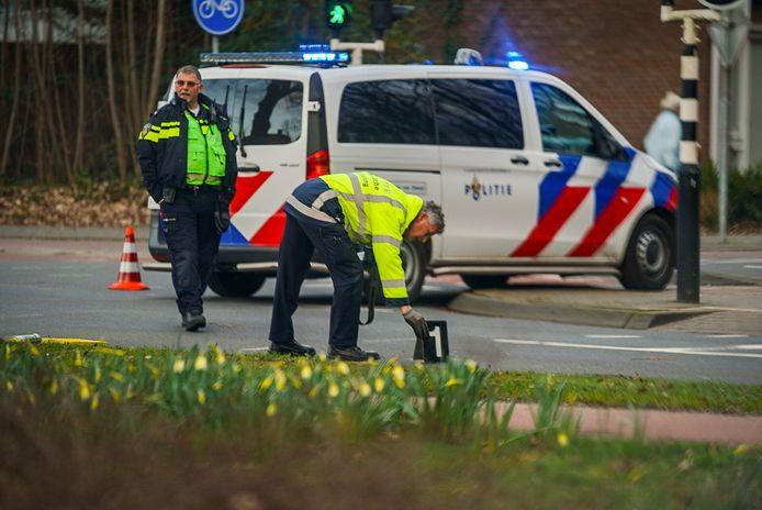 De politie doet zondagmiddag onderzoek op de plek van het ongeval.