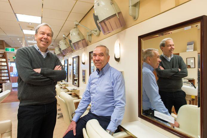 Eric (links) en Niels Backx in hun zaak op de Grote Markt.