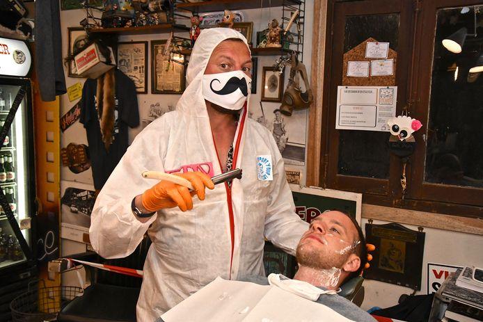Na de eerste verplichte sluiting liet Mister Steve ook al eens van zich spreken. Toen heropende hij zijn barbershop al om middernacht.