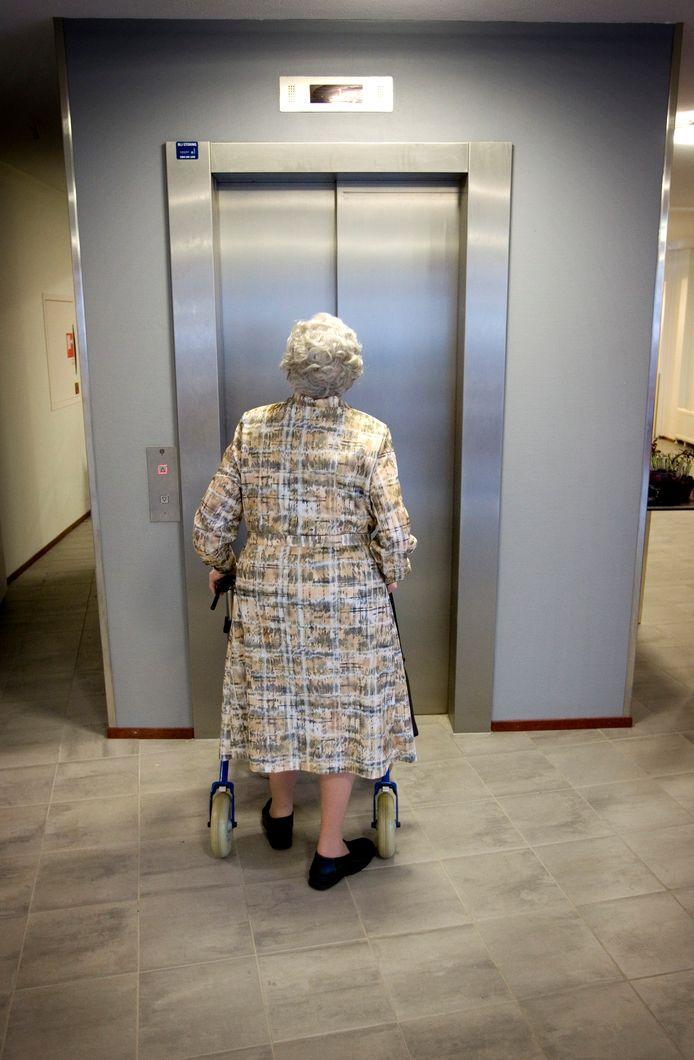 Een bewoonster wacht voor de lift in woonzorgcentrum Bunnichem in Bunnik.