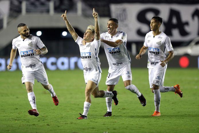 Santos viert feest na een doelpunt tegen Boca Juniors.