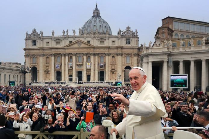 Paus Franciscus begroet de pelgrims op het Sint-Pietersplein.