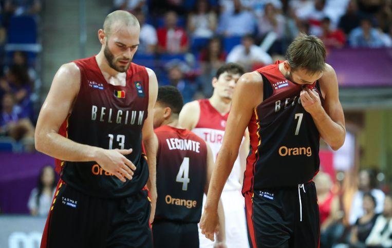 Pierre-Antoine Gillet en Axel Hervelle, ontgoocheld na het verlies. Beeld BELGA