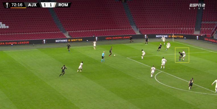 Roma-verdediger Mancini had flinke moeite met de fysieke kracht van invaller Brobbey. Beeld Screenshot ESPN